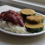 Panierte Zucchini mit Reis und Tomatensoße
